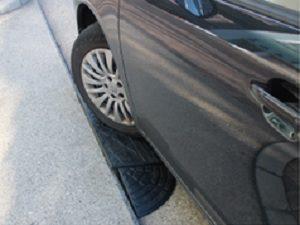 道路と駐車場の段差で車のタイヤ・ホイールが傷ついた
